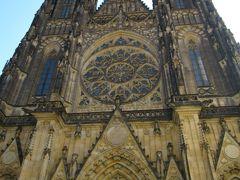 ついに大聖堂とご対面!目の前にそびえたつその高さにとにかく圧倒されます。 ここに来た人はほぼ全員、聖堂の全体像をカメラに収めようとすると思うんですが(^^,)、よほどの広角レンズでない限り多分不可能。