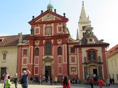 濃いピンクのファサードがかわいい聖イジー教会。城内最古の教会だそうです。