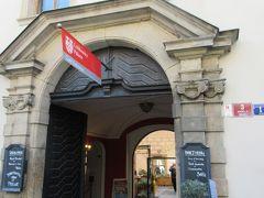 足が疲れてきたのでロブコヴィッツ宮殿のカフェで一休み。この門を入ってどんどん奥に行くと、テラス席のあるカフェがあります。