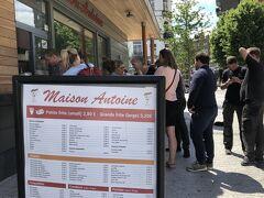 旧市街東方面へ少し走ってブリュッセルで一番美味しいと評判のフリッツ屋「Maison Antoine」へ。 少し並んでいますが回転は早いのでそれほど気になりません。