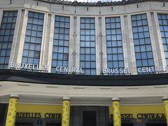 ブリュッセル中央駅です。 マイヨジョーヌのカラーリングが施されています。 ヨーロッパ主要都市で中央駅と言えば、終着駅風に行き止まった線路が何本も並び、それなりに歴史ある駅舎であることがほとんどなのに比べ、凡そこの中央駅ほど中央駅らしくない駅はないのではないでしょうか。