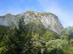 30分も歩くと目の前に大岩壁が現れます。アルピニスト憧れの屏風岩