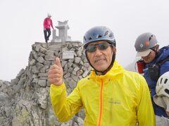 10:00奥穂高ピーク着(3190m) おじさん頂上に立つ。若い頃は一泊で行ってきた穂高ですが今はたくさん日数をかけ写真をたくさん撮りながらゆっくりペースで登ります。時間を贅沢に使って山登りが出来る年齢になりました。 いつ来ても北アルプス随一の絶景を見る小尾ができます。 涸沢の紅葉そして穂高 最高~!!!