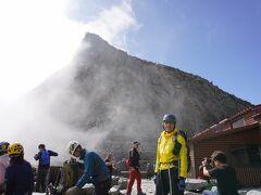 穂高岳山荘でヘルメットを着けウインドブレーカーを着て奥穂高岳へ向かいます。ここからしばらくは鎖の岩場続く。
