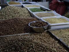 市場ではいろんなものが売っています。果物以外ではヒマワリの種が目につきました。