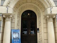 15:10アルベルタ通り12番地(1903年)『ユーゲントシュティール博物館』に早速入ります。確かに博物館とはわかりにくい入口です。ドアを開けて入ります。