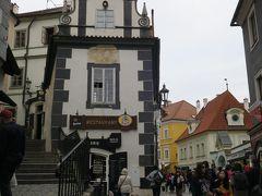「Švejk Restaurant」  この建物の2階です。(写真は昼間撮ったもの。)  ホテルの人がイチオシのお店は満席だったので、 2番目にお勧めのお店です。
