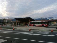 朝6時のバスに始発である駒ヶ根駅から乗車。 次の停留所のバスターミナルから乗る予定にしてましたが、ホテルのフロントの方が駅の方を案内して下さったのでそちらに向かう。 バスターミナルで乗車券買うともしかしたらロープウェイも一緒に買えたのかな?