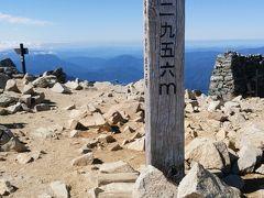 下って上ってでようやく木曽駒ヶ岳登頂!! のんびりと30分ほど山頂で休憩。風が強かったです。槍も見えて本当に最高でした。久々に癒されました。