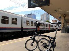 ブリュッセル北駅からアントワープまで輪行します。 輪行袋などに入れる必要もなくホームまでそのまま持ち込めます。 日本の鉄道のクソのような規定とは正反対で自転車に優しい欧州の鉄道事情は本当に理想的です。
