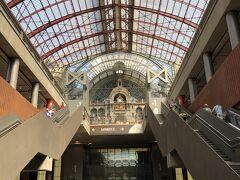 ECで40分ほどでアントワープ中央駅に到着しました。 ブリュッセルからアントワープまでの距離は約50km、体調が万全であれば自走で行こうと思ったのですが、残念ながら目眩が強くなりつつある最近の体調ではさすがに無理でした。  それにしても、素晴らしい駅です! この駅を見に来るだけでも価値があると言うものです。 この先のアントワープ市内巡りにも期待が持てます。