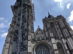 少し観光名所も巡ってみましょう。 フルン広場のすぐ隣に建つアントワープ聖母大聖堂、残念ながら一部修復工事中でした。