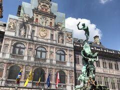 """その左側にアントワープ市庁舎、残念ながらこちらも一部修復工事中でした。 ただ、ヨーロッパではこうした工事中でもその""""覆い""""にすら芸術性を感じさせられる施しがなされているものが多いですね。"""