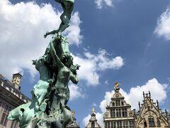 アントワープの名前の由来となった英雄ブラヴォーの像の噴水がある広場グローテ・マルクト。