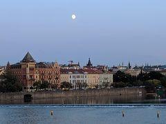 空にはぽっかりときれいな月が浮かんでいました。 明日はチェスキー・クルムロフへ行く予定です。晴れますように!!