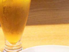 新千歳→羽田→パリです。 羽田での乗換えが 1時間しかなかったので、 ビールは1杯だけー ('◇')ゞ  とはいえ、あれもこれも、 そしてやっぱりJALカレーも しっかりいただきました~♪