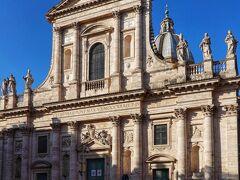 ホテルからすぐの共和国広場からバス。 サンタンジェロ城も見えるヴィットリアーノ橋手前でジャニコロ丘方面へのバスに乗継ぎ予定。合間を利用してバス停(小さいバスターミナル)前のサン ジョヴァンニ デイ フィオレンティーニ教会へ。  教会の主な建設は、建築家ジャコモ・デッラ・ポルタのもとで1583-1602年に行われ、最後はバロック建築家フランチェスコ・ボッロミーニも携わったとのことでした。  バロック様式 開始1523 完了1734年 サン ジョヴァンニ デイ フィオレンティーニ教会 サン・ジョヴァンニ・バッティスタ・デイ・フィオレンティーニ教会  Chiesa di San Giovanni Battista dei Fiorentini  ローマ