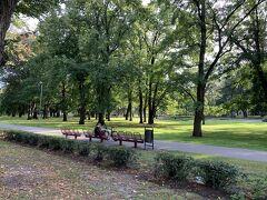 17:26トラム乗り場側の道沿いにずっと続く『クロンヴァルタ公園』