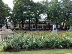 17:57『ヴェールマネス庭園』を突っ切って『リーヤRiija』を目指します。この庭園の薔薇の花がとっても美しい!