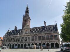 立派な図書館。ヨーロッパでは普通に街に溶け込んでいます。