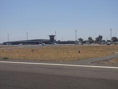 空港管制塔、小型機が5~6機駐機していました
