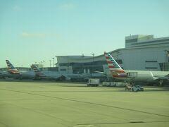食事後、快適だった約12時間のフライトも終わり、8:30にダラス・フォートワース国際空港のRWY18Rに着陸し、ほぼ定刻通りターミナルDのD15番スポットに到着。 ダラス・フォートワース国際空港は、アメリカン航空のハブ空港で発着が7割と多く占めており、オーランドなどアメリカ中部・東部、中南米各地への乗り継ぎもスムーズでJALとのコードシェア便もあります。  降機し、端末で入国審査の登録後に待ち時間が長い入国審査官による審査後、手荷物を受け取り税関審査はなく出口へ。 無事アメリカに入国。  本日3回目の搭乗ため、手荷物再受託カウンターへ向かいます。  以上、2レグ目の「2019年 JL012 成田(NRT)-ダラス・フォートワース(DFW) B787-9搭乗記」でした。  3レグ目のJL7352(AA1008) ダラス・フォートワース(DFW)-オーランド(MCO)に続きます。  ありがとうございました。