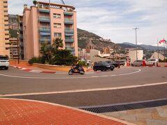途中下車して、モナコグランプリのヘアピンカーブを見に行きます。