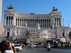 19<ヴィットリオ・エマヌエーレ2世記念堂> ローマで最も目立つ建物の一つがここ「V.EⅡ世記念堂」 幅135メートル、高さは70メートル、白大理石で造られた巨大な建物は、存在感抜群。でも、派手すぎてローマっ子の評判はよくないみたいです。