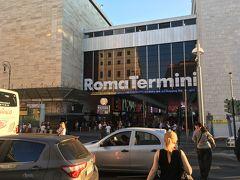 38<ローマ・テルミニ駅> ローマの玄関口「ローマ・テルミニ駅」 列車、地下鉄、バスなど交通の拠点で、駅構内の地上や地下には多くの店があります。