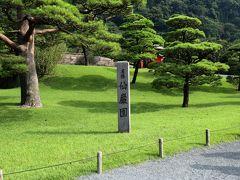 四季折々の美しさに加え、桜島(築山/遠景)と錦江湾(池/中景)を借景に取り入れた雄大な風景が楽しめる大名庭園として、現在も親しまれています。