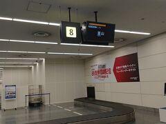 8:35 羽田空港に到着。預けた荷物を待っています。