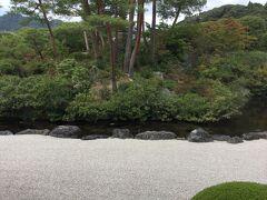 足立美術館に来ることになりました。 美術には興味はないのですが庭が綺麗だと言われており、 ツアーではしょっ中でていたけど。 歓迎の庭。