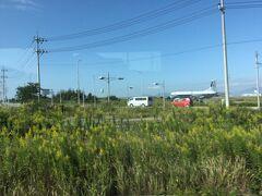 境港から米子迄は来る時と同じ境線で鬼太郎列車です。 米子空港駅、べとべとさん駅 を通りすぎると 米子空港の飛行機が見えました。 何と鳥取には鳥取空港と2つもあるのですね。