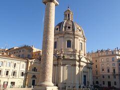 トラヤヌスの記念柱。後ろの教会は残念ながら空いてませんでした。