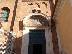 裏から回ったら入口がわからず、挫折しかけながらたどり着きました。サンタマリア・イン・アラチェリ教会。入口から「ピエトロ・カヴァリ―二の聖母子像のモザイク」がお出迎え。