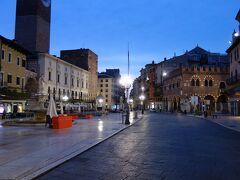町の中心的広場 夜明け前なのでとても静か