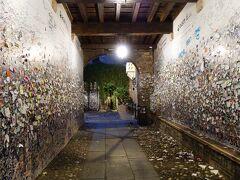 ジュリエットの家 朝はトビラが閉められていて中には入れない。 左右の壁にびっしり手紙が貼り付けられている。