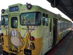 9時半過ぎの境線で境港駅から鬼太郎列車で米子駅まで行きます。 全部ではないが鬼太郎や妖怪が描かれた列車、2輌編成がちょうど入ってきました。 乗ります。