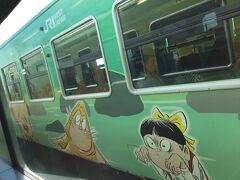 米子から来た鬼太郎列車とすれ違います。 猫娘やねずみ男が描かれた緑の列車です。