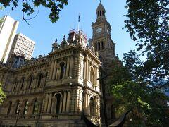その隣にシドニー市役所