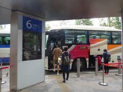 東京駅八重洲口の高速バス乗り場から出発。 東武バスに乗り込みます。
