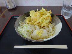 駅前のお店で頂いた天ぷらうどん。500円。