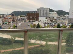 4Fのため、眺めはこんな感じです。 函館山の頂上は「函館国際ホテル」がジャマしてちょうど見えないです。あと1フロア上だったらなぁ。残念。