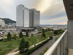 海側を見ています。「HOTEL&SPA センチュリーマリーナ函館」が見えます。