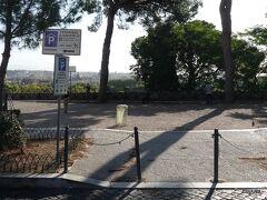 最初の下車候補地が、ここ Belvedere Dei Salviati 展望広場です。ジャニコロ丘に点在する展望広場の一つで、目の前にバス停(Psg Gianicolo/Poliambulatorio)もあります。 訪問時(通過)には屋台なども出ていましたが、北からジャニコロの丘に登ると最初にある展望台だけに丘のまだ低い位置にあり、バスの場合はもっと先まで進んだ方が良い(楽)と思いました。
