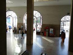 今日はシントラに出かけましょう。写真は鉄道ロシオ駅の入口です。 地下鉄ロシオ駅とは違います。地下鉄のレストーラドレス駅と繋がっているはずですが、駅の乗り換え表示なども分かりにくく、地上に出てGoogle Map頼りで移動しました。駅は2階にあるらしいのですが、建物に駅を示す看板も見当たらず、本当に分かりづらいです!