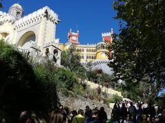 坂道を、やはり行列を成して登ります。お城が見えてきましたよ!