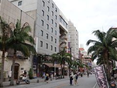 今回のホテルはシーサーイン 国際通りに面しており、立地は最高です 単純に安さでチョイス