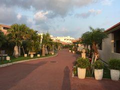 旅行3日目の夕方、西表島から石垣島へ到着!オリックスレンタカーで車を借りてホテルへ。(石垣港まで迎えに来てくれます。西表島の反省を生かして追加の補償をつけました…返却は最終日に空港店です。)  石垣島のホテルはちょっと贅沢してグランヴィリオリゾート石垣島ヴィラガーデン。素敵な雰囲気に気分が上がります。