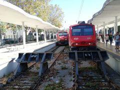シントラ駅に到着! この赤い列車に乗ってきました。 駅横のバス乗り場からバスに乗り込み、ペーナ宮殿に向かいます。観光客はいっぱいで、立ったまま30分、ジェットコースターのような山道を揺られましたが、この時はまだ体力残っていましたから、、、